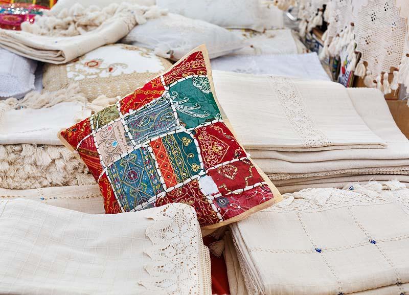 Naturalne tkaniny na pamiątkę z Bodrum na bazarze w Turgutreis