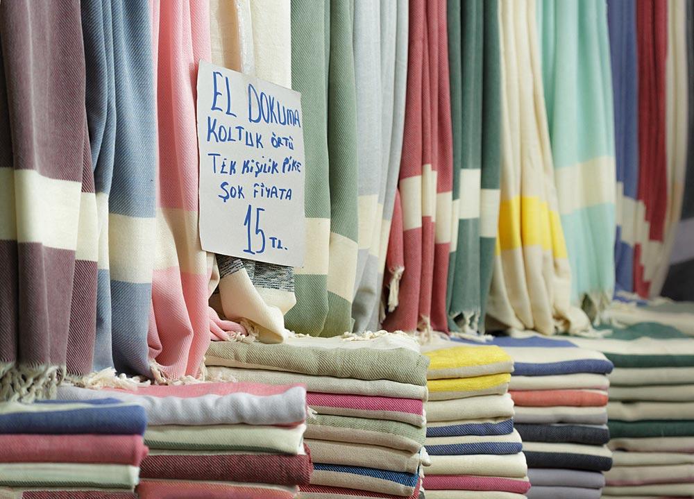 Bazar w Bodrum - Regionalny stragan z tkaninami